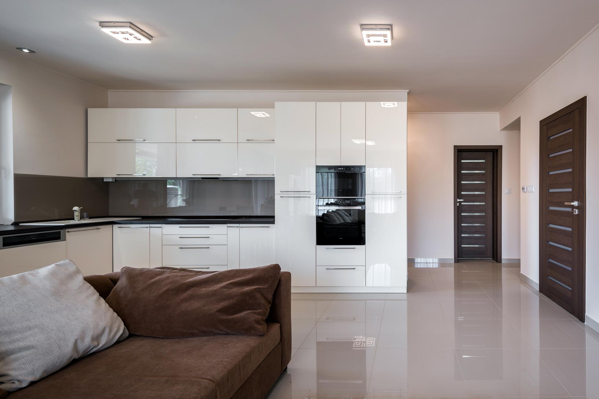 kényelmes otthon, nappali, beltéri ajtóval